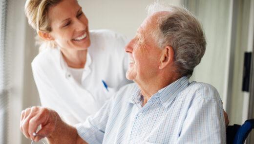 Äldre man talar med kvinnlig vårdpersonal