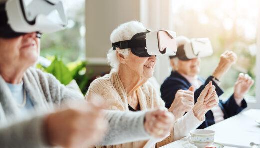 Äldre personer med VR-glasögon