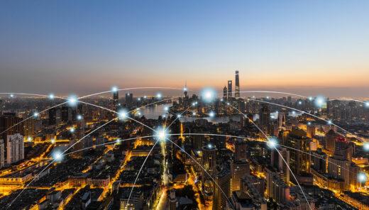 Stad i skymning med data markerat
