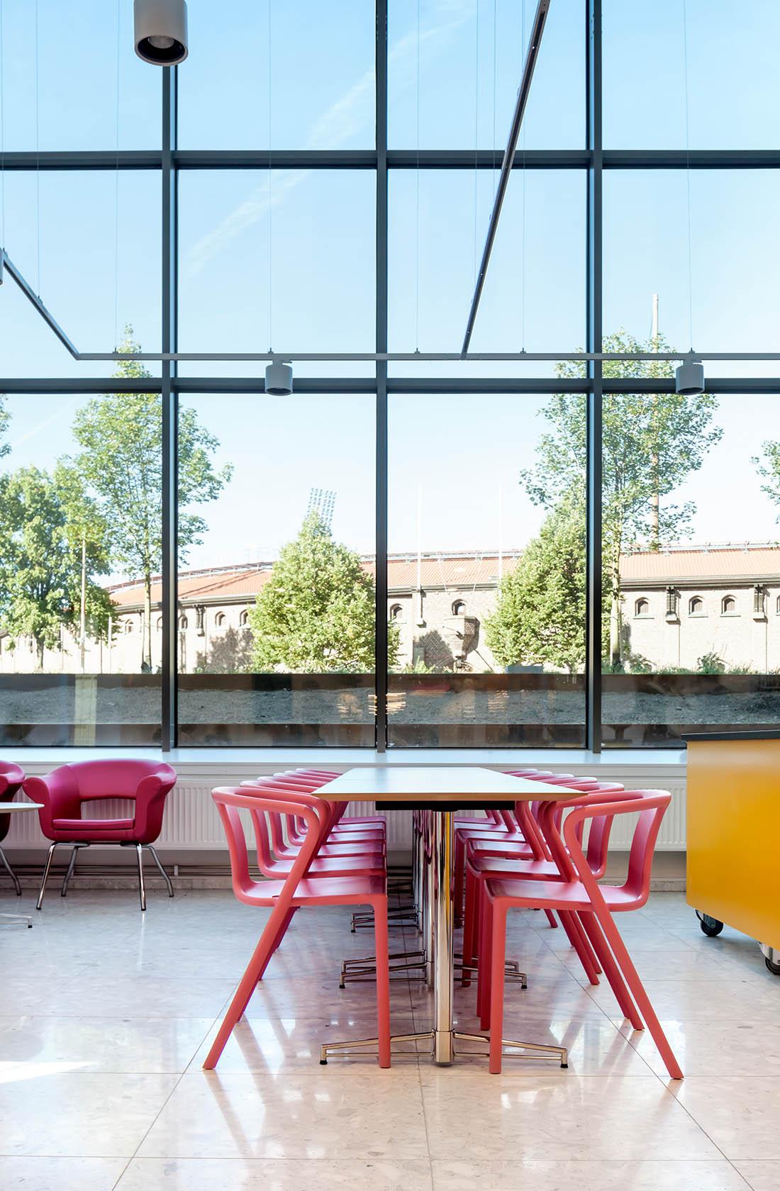 Stora fönster i matsal