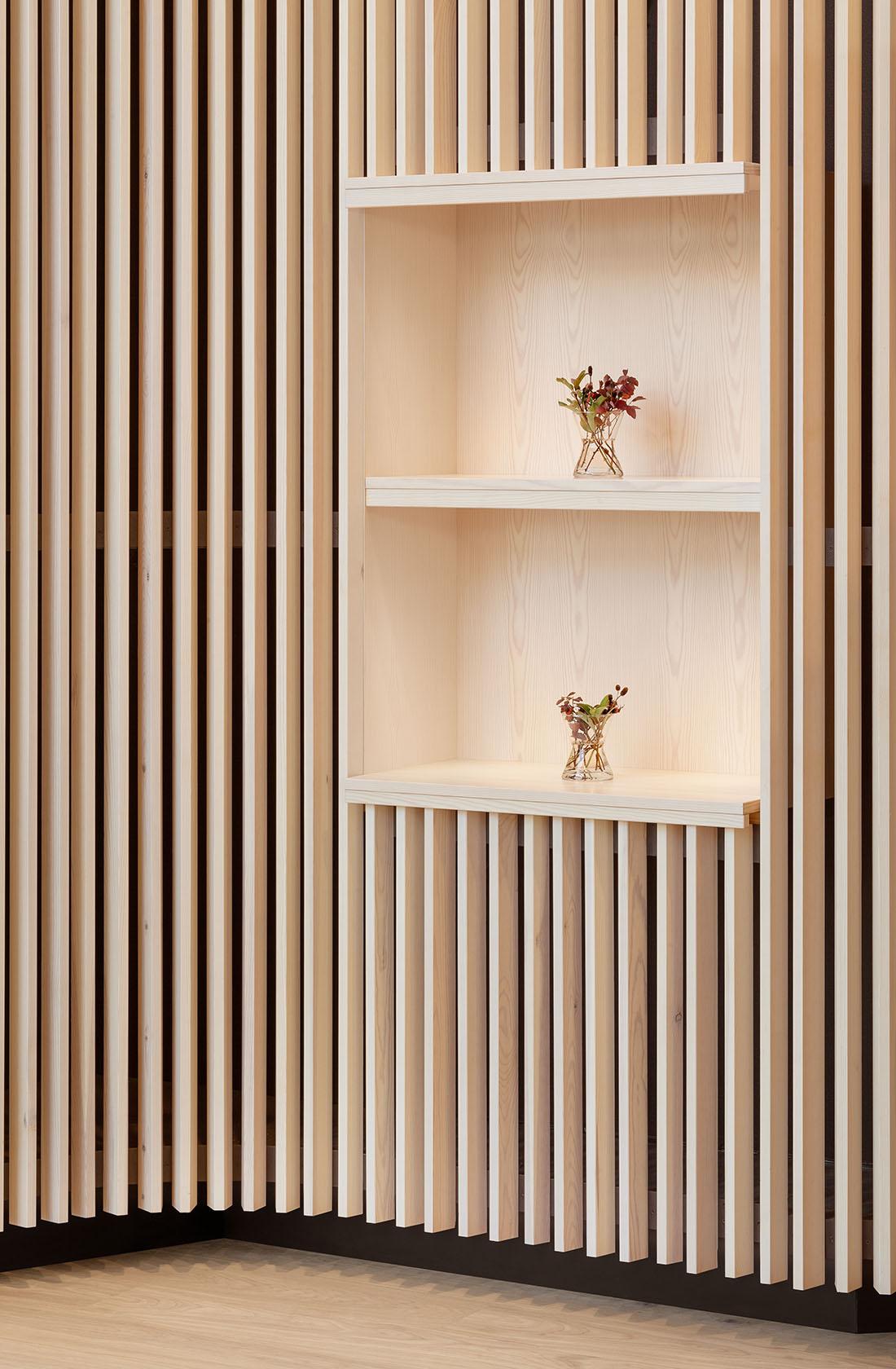 Inbyggd bokhylla i trä