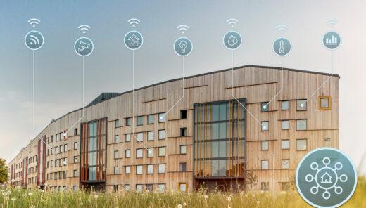 Träbyggnad med olika grafiska element för installationer