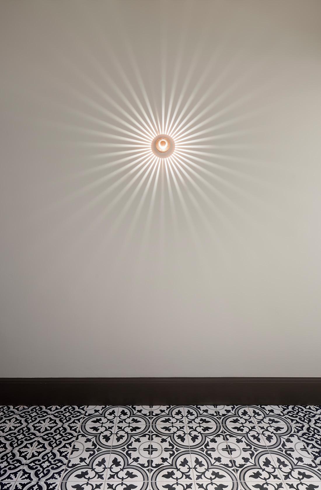 Upplyst lampa på vägg
