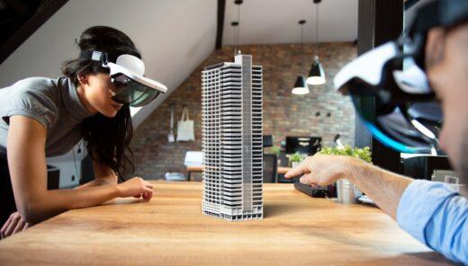 Två personer med 3D-glasögon som tittar på en modell