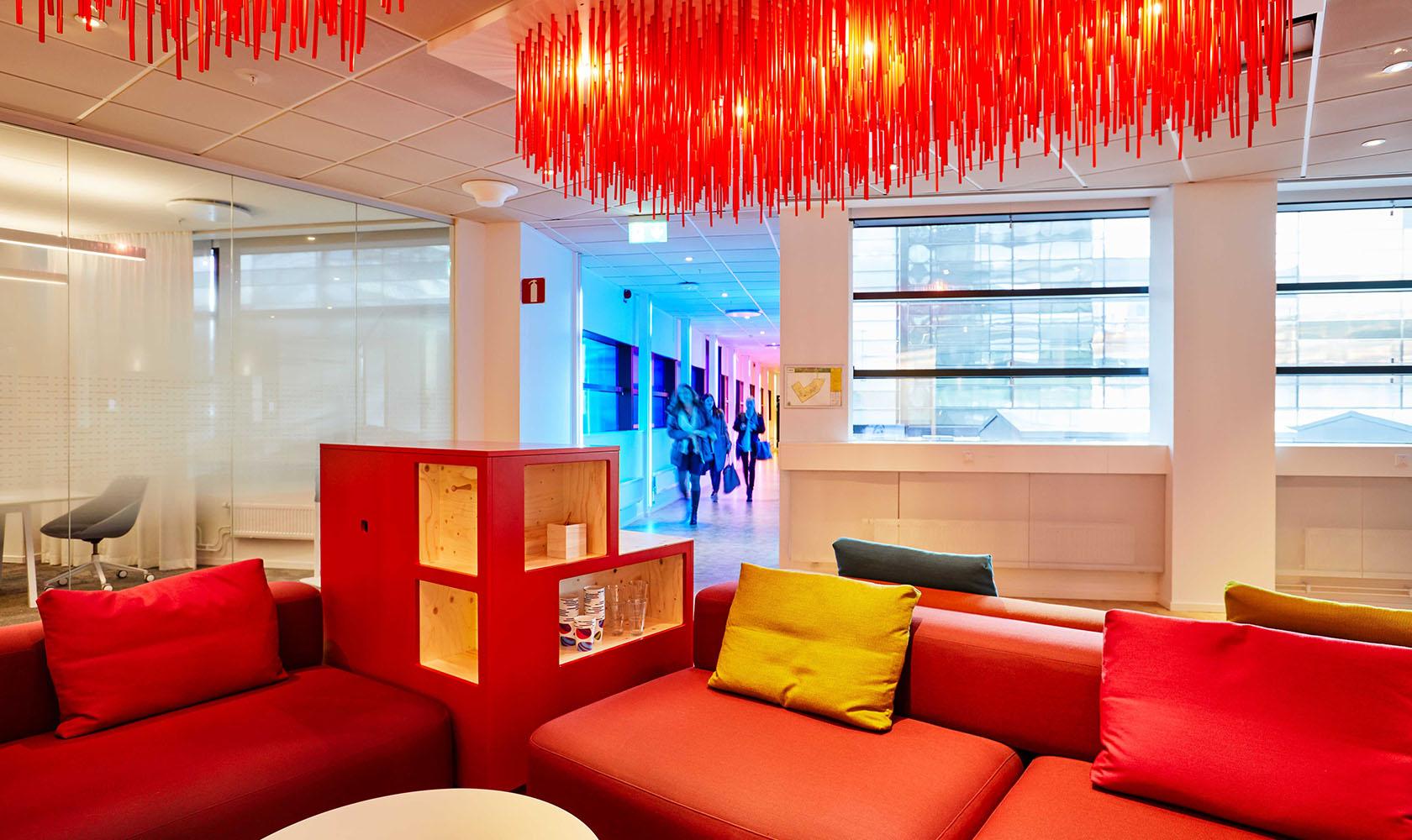 Kontor med röd belysning