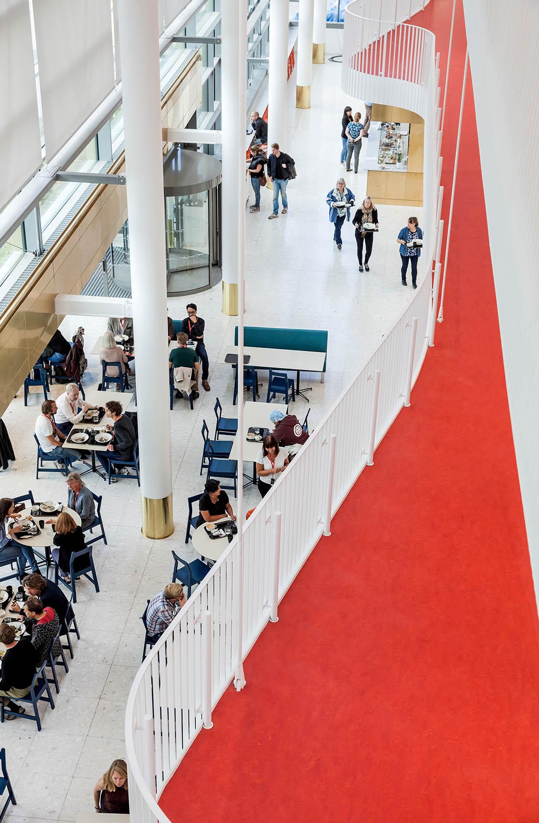 Balkong med röd matta på Kungliga Musikhögskolan