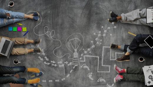 Människor ligger på golvet där siffror är ritade med krita. Bara ben och fötter syns.