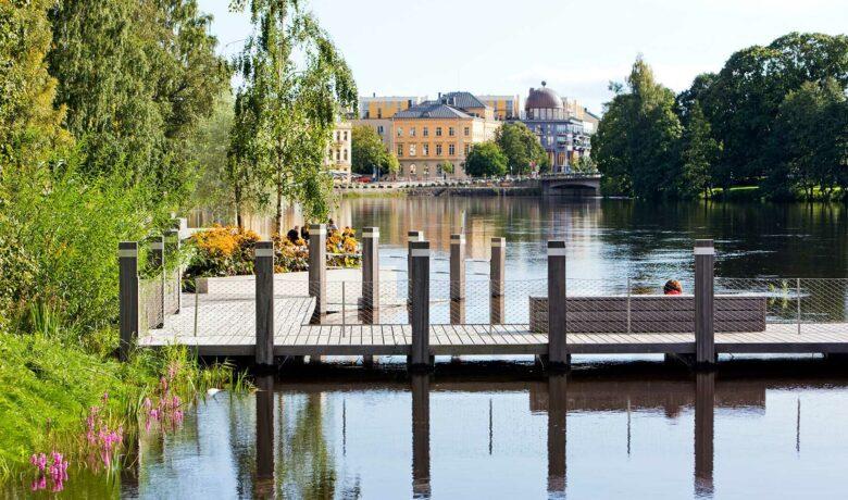 Sandgrundsparken i Karlstad med brygga i vattnet