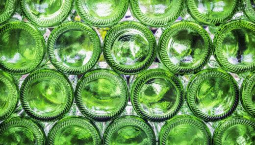 Tomma gröna glasflaskor