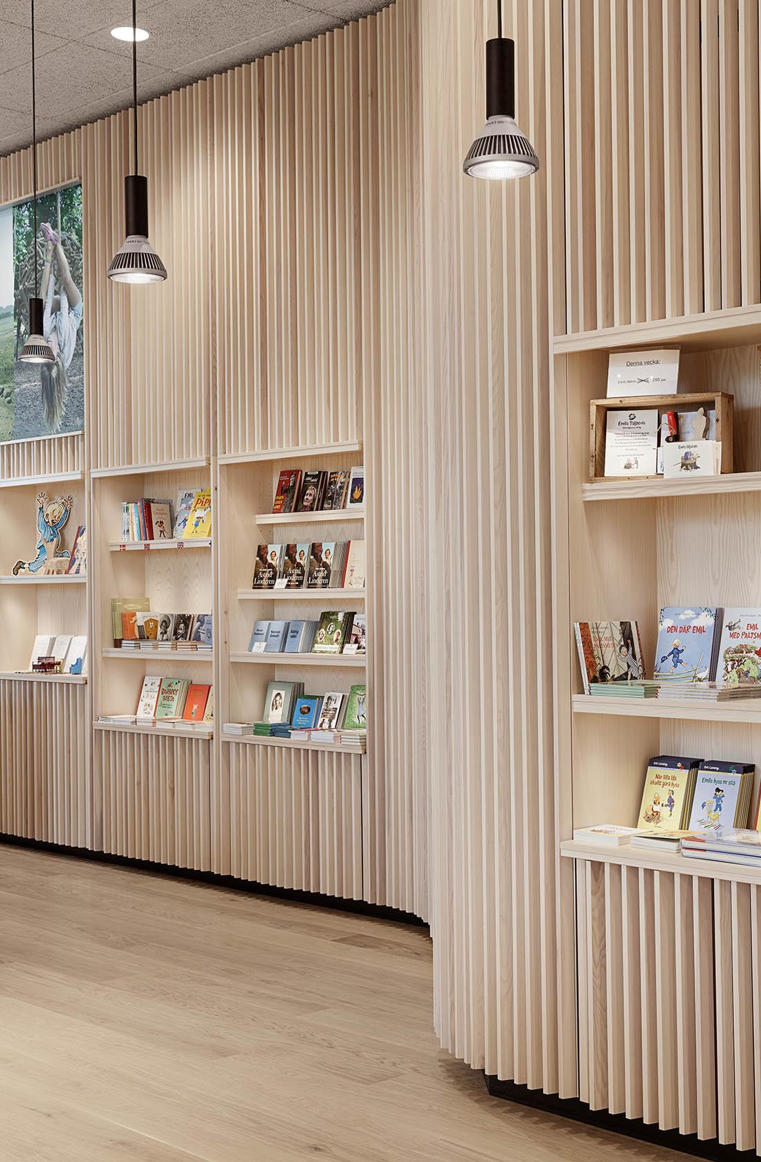 Böljande bokhylla i trä