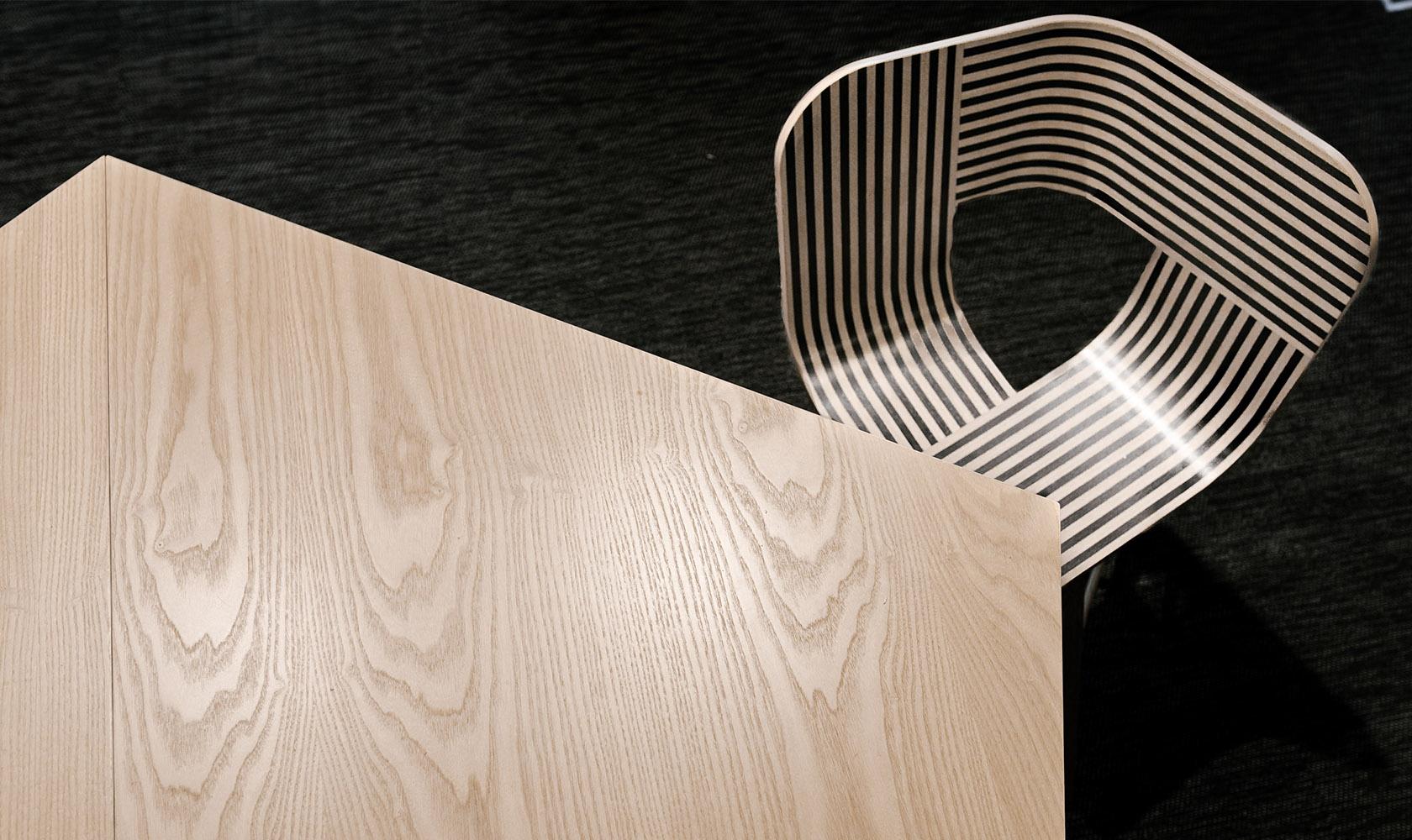Detaljbild på bord och stol på kontoret Epiroc