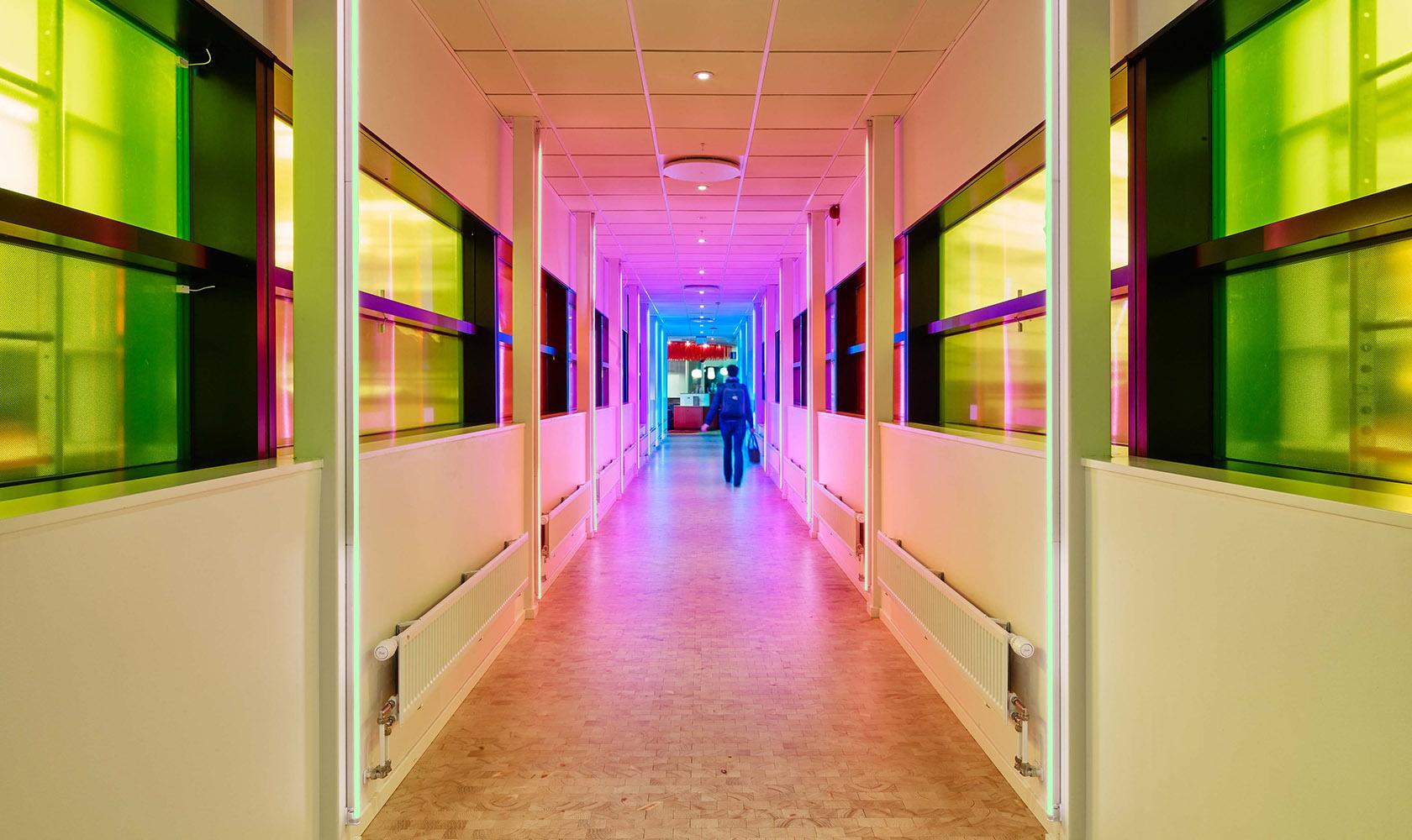 Korridor med färgglad belysning