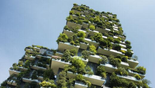 fastighet med växter på fasaden
