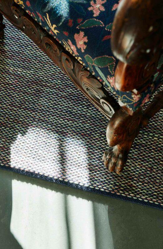 Vacker detaljbild på stol och matta