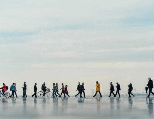 Människor på promenadstråk