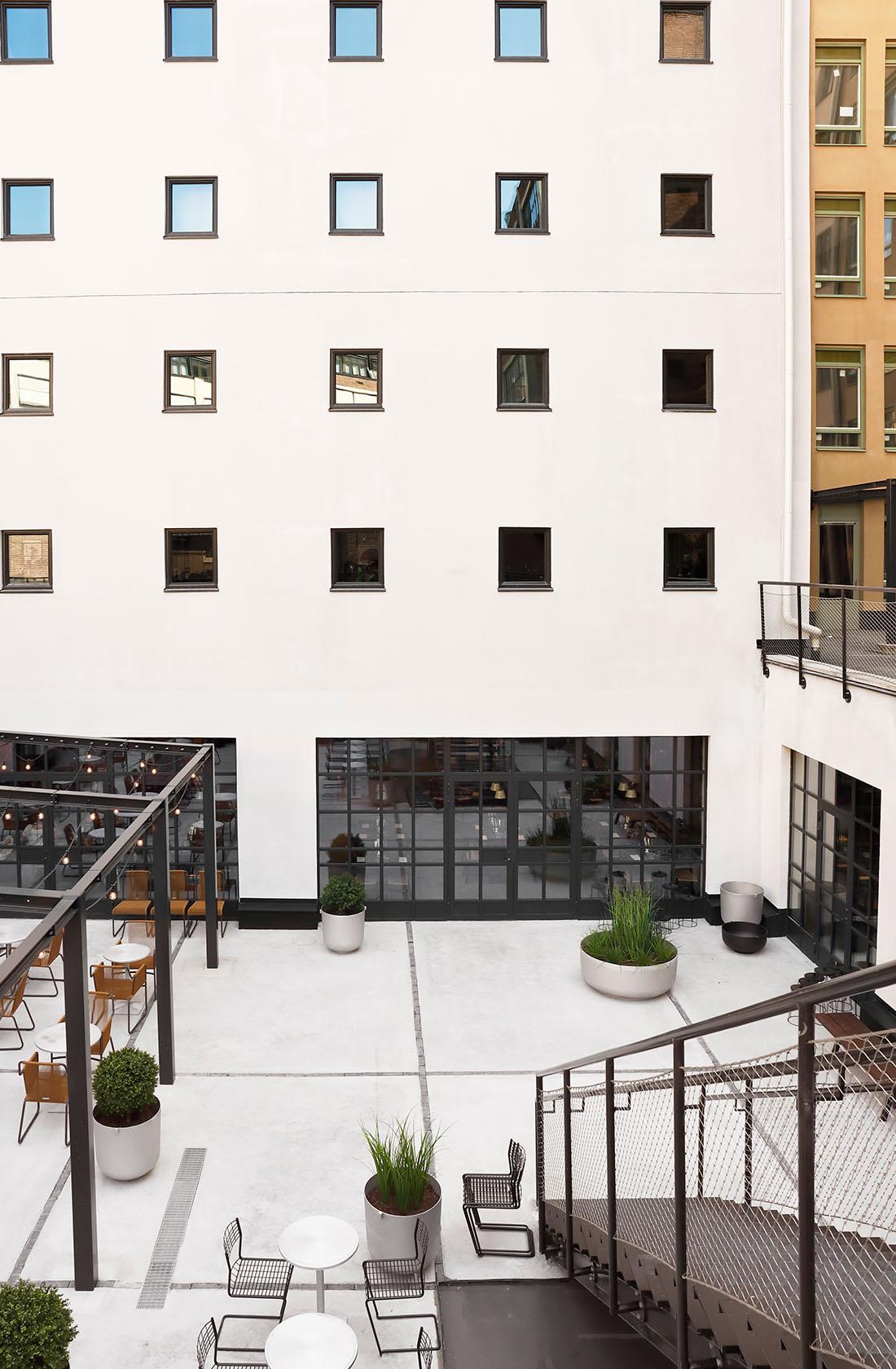 Trappa till innergård Blique by Nobis