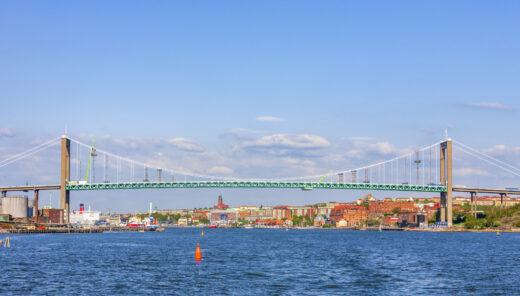 Bild på stad, hav och en bro
