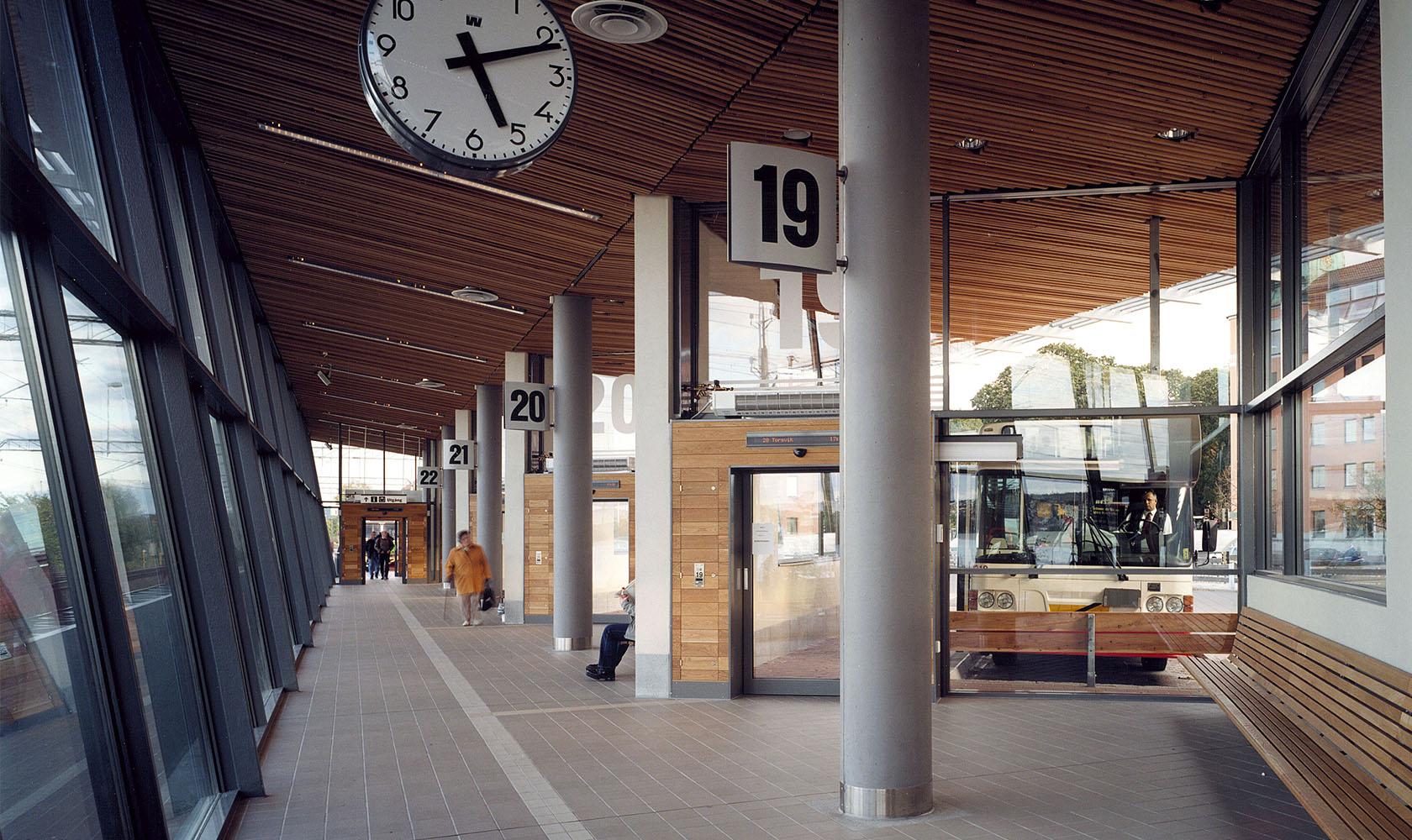 Interiör av bussterminal