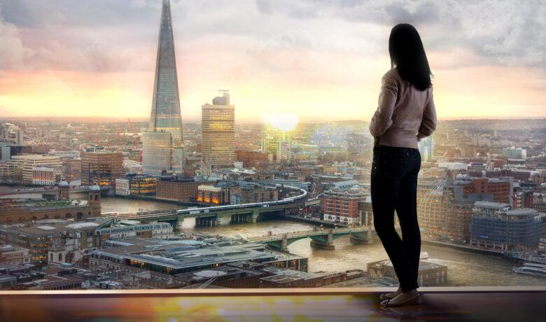 tjej i fönster mot stad