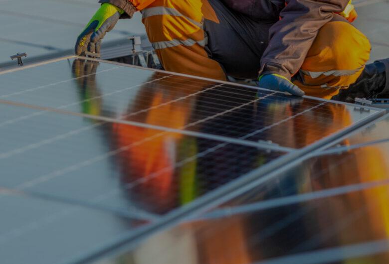 Man som installerar solceller