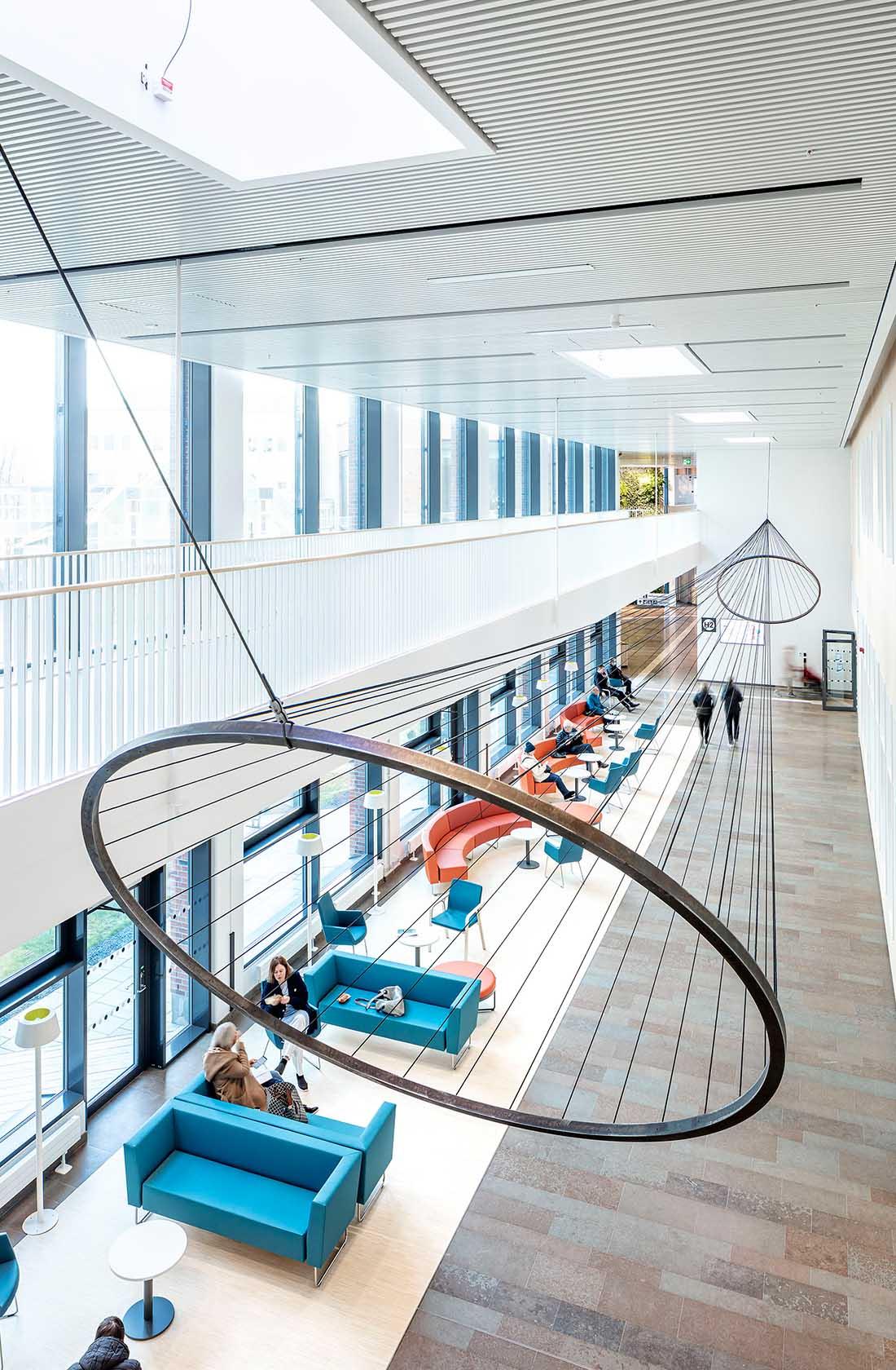 Konstverk i tak på sjukhus