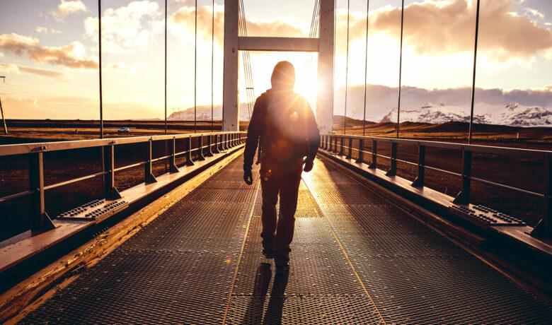 man på bro