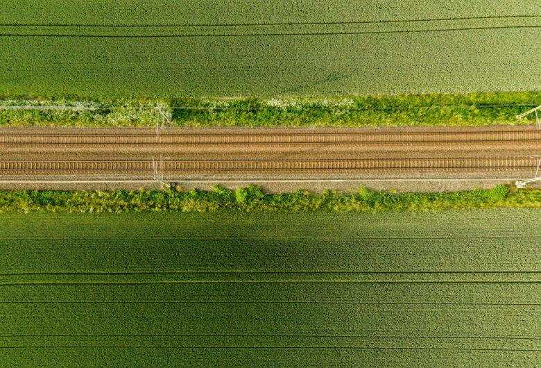 Järnvägsspår på den skånska landsbygden