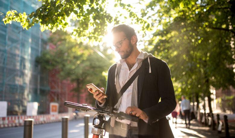 Man som tittar på sin mobil