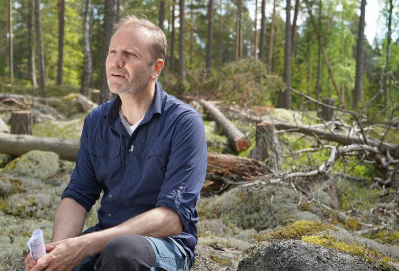 Karl Ingvarson framför döda träd