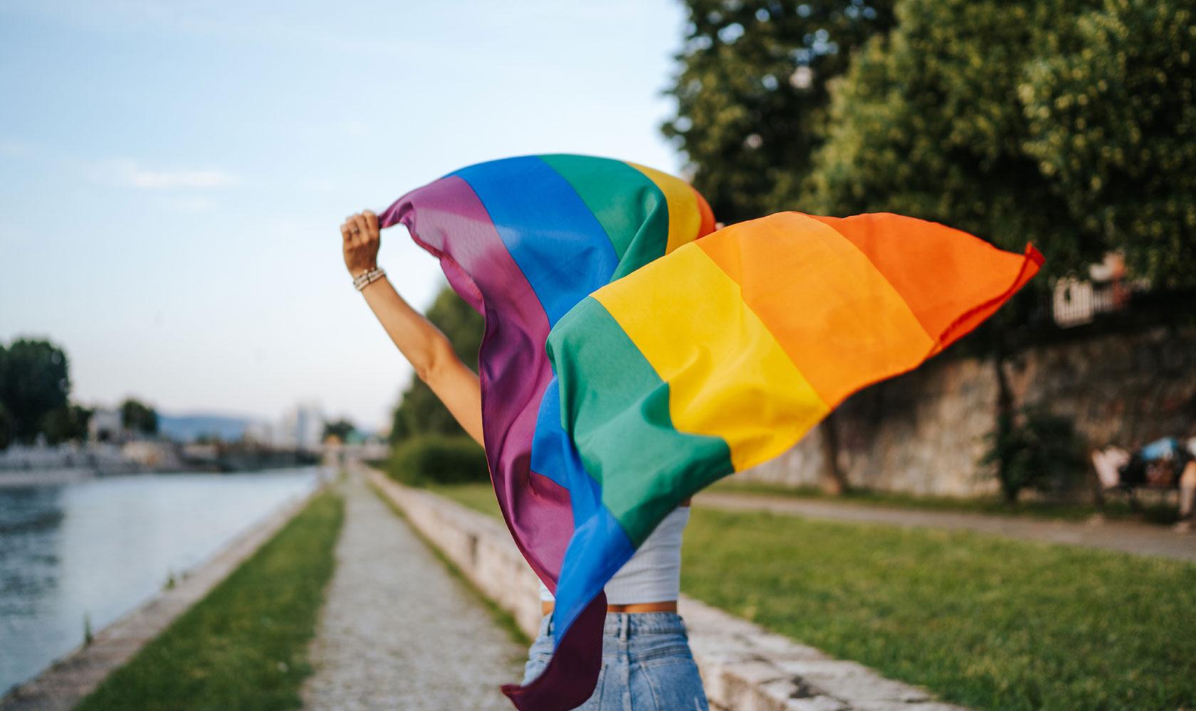 Kvinna med Prideflagga